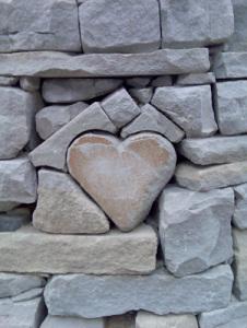 picture-corazc3b3n_de_piedra_en_un_muro_de_piedra-bild014-400_small